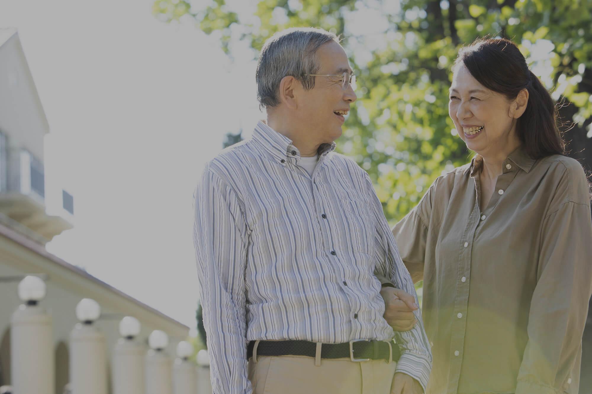 笑いあう夫婦